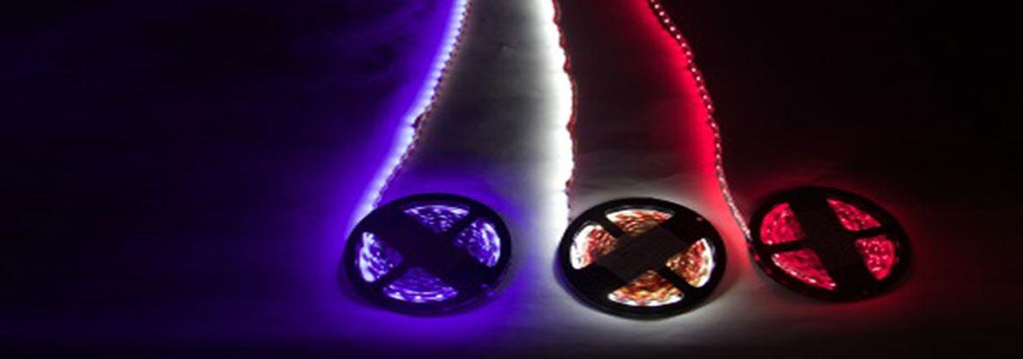 trois rubans LED avec chacun une couleur différente : bleu, jaune et rouge